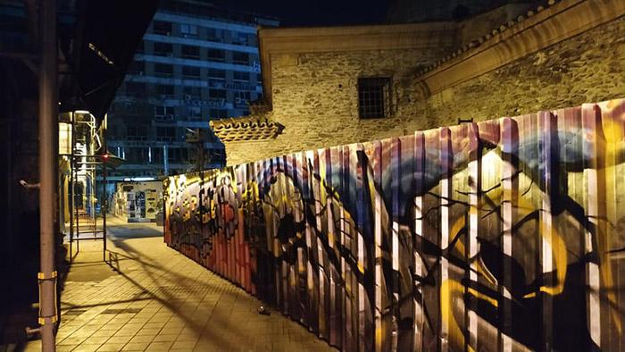 Φωτογραφία: Βαμμένα από γκραφίτι παραπετάσματα γύρω από ένα βυζαντινό μνημείο στη Θεσσαλονίκη